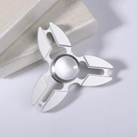 Hopeanvärinen alumiini spinneri.