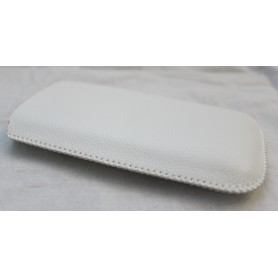 Valkoinen nahkainen vetoliuska suojakotelo.